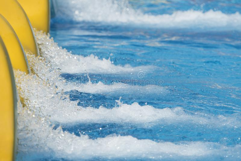 Plons van water van dia in zwembad royalty-vrije stock foto's