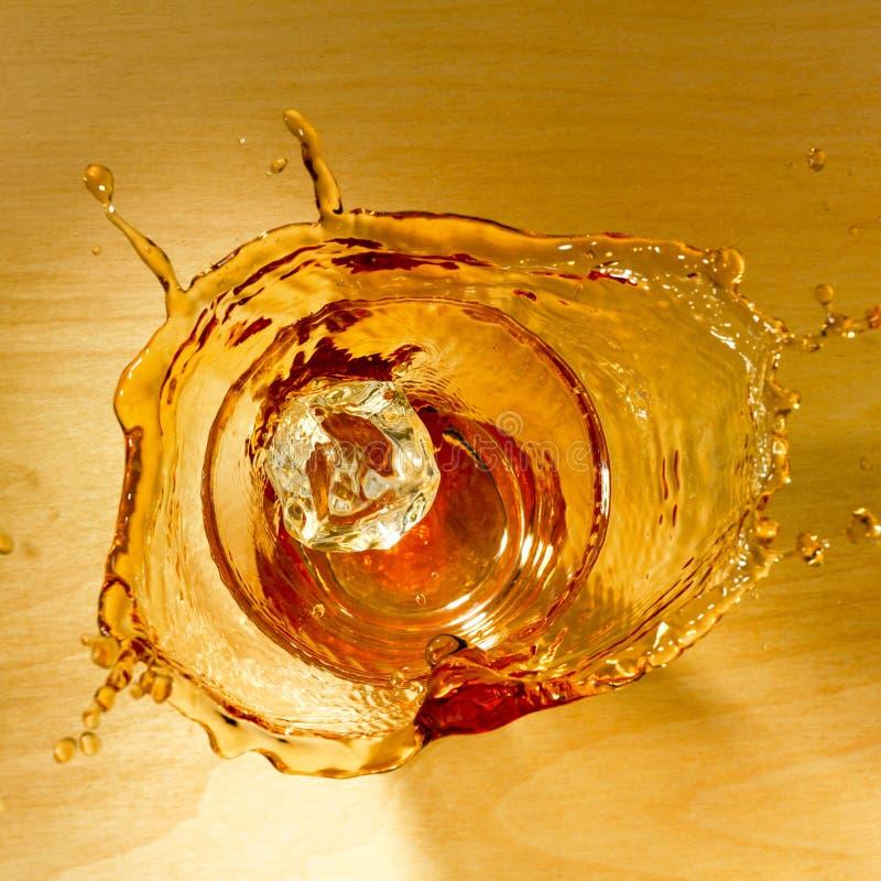 Plons van whisky stock foto's