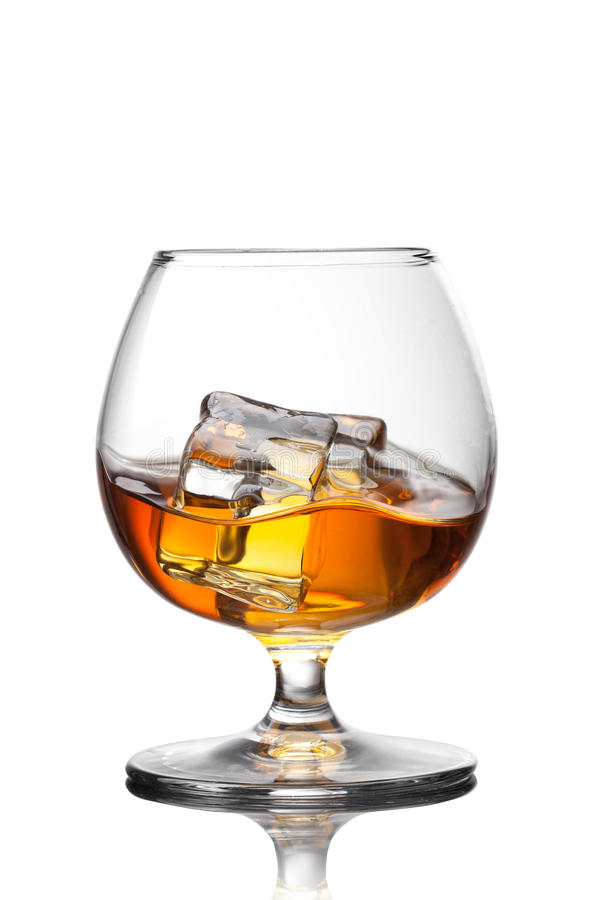 Plons van whisky met ijs in glas royalty-vrije stock fotografie