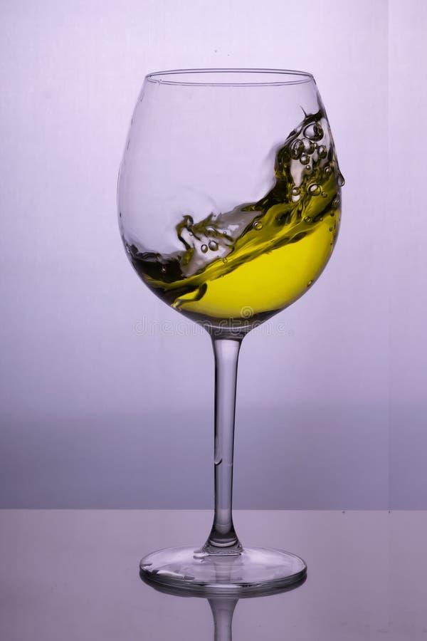 Plons van witte wijn in een glas royalty-vrije stock foto's