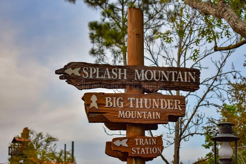 Plonsberg en het Grote teken van de Donderberg in Magisch Koninkrijk in Walt Disney World royalty-vrije stock fotografie