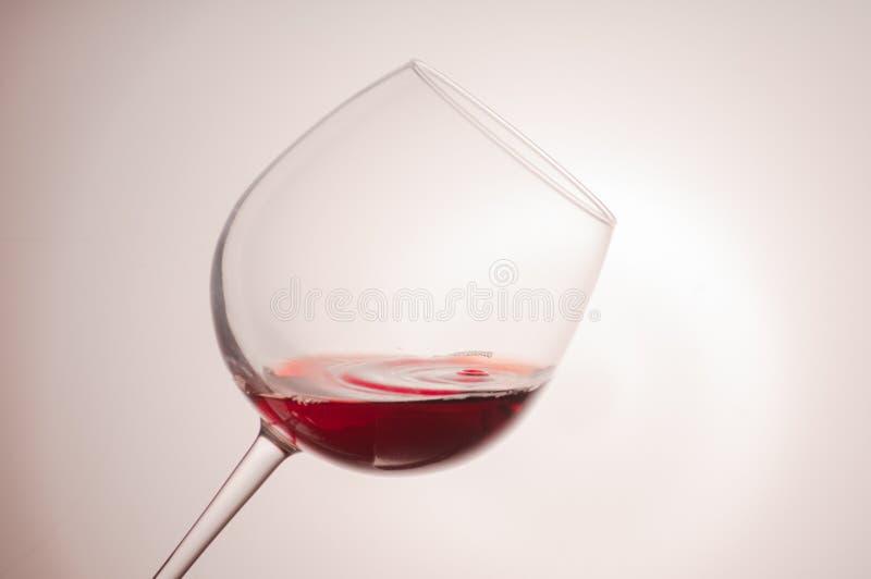 Plonsen van rode en witte wijn royalty-vrije stock afbeelding