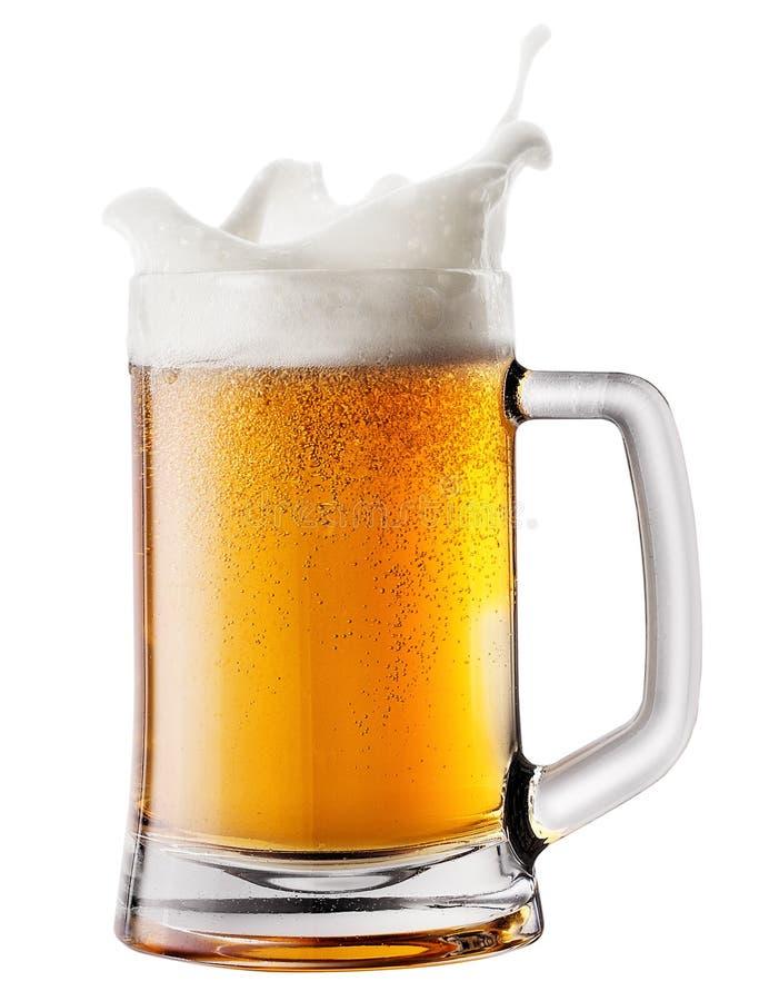 Plonsschuim in mok met bier stock afbeelding
