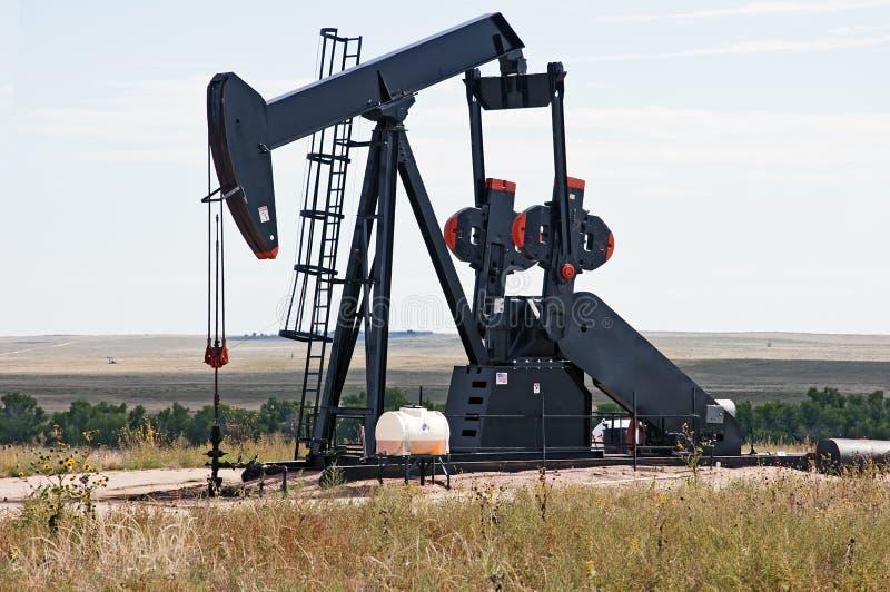 Plot de pompe soulevant le pétrole brut photos libres de droits