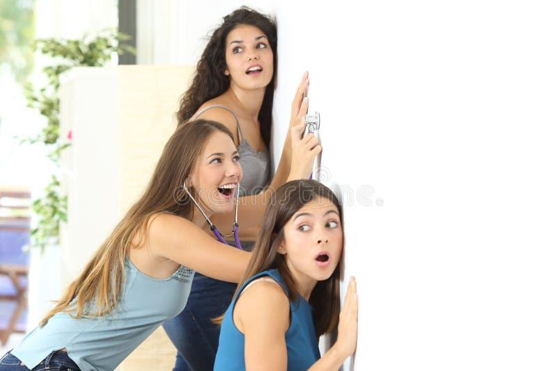 Plotek dziewczyny słucha sąsiad zdjęcie stock