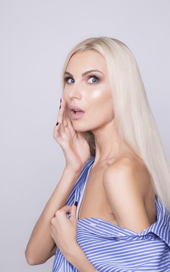 Plotki dziewczyny reakcja Piękna blondynki kobieta odizolowywająca w studiu zdjęcie royalty free