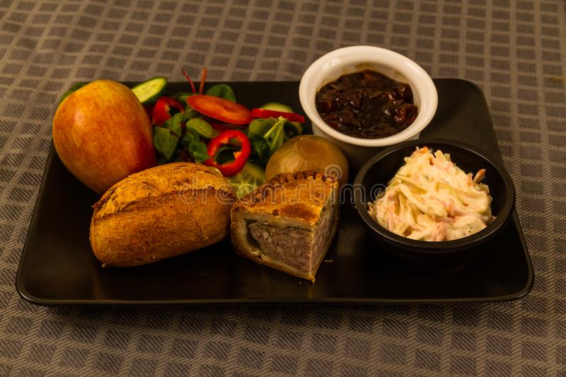 Ploughman's lunch med grisköttpajen royaltyfri foto