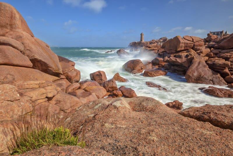 Ploumanach veulent dire le phare de Ruz sur la côte rose de granit, la Bretagne, photo libre de droits