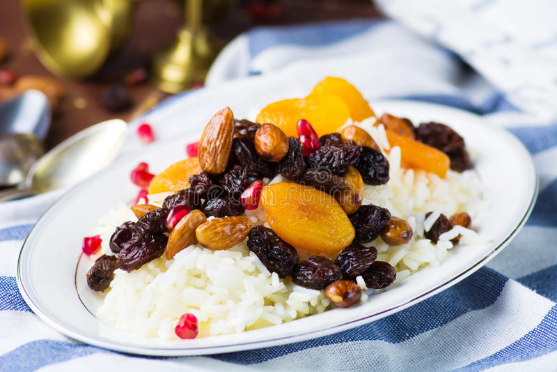 Plov dulce del arroz con las frutas y las nueces secadas fotos de archivo libres de regalías