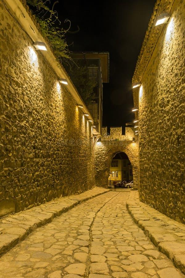 PLOVDIV, ΒΟΥΛΓΑΡΙΑ - 2 ΣΕΠΤΕΜΒΡΊΟΥ 2016: Φωτογραφία νύχτας της οδού κυβόλινθων κάτω από την αρχαία είσοδο φρουρίων της παλαιάς πό στοκ φωτογραφία με δικαίωμα ελεύθερης χρήσης