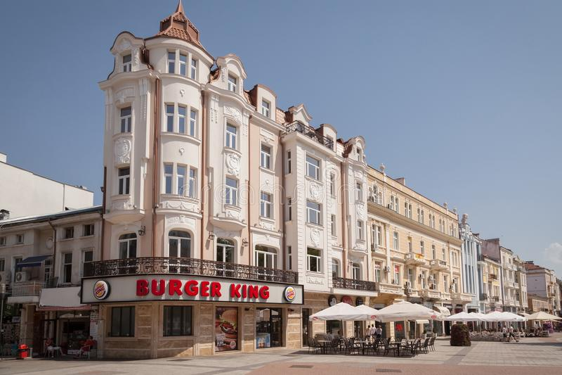 PLOVDIV, ΒΟΥΛΓΑΡΙΑ, ΣΤΙΣ 2 ΙΟΥΛΊΟΥ 2017: Παλαιό σπίτι στο κύριο τετράγωνο στη βουλγαρική πόλη plovdiv με το εστιατόριο γρήγορου φ στοκ φωτογραφία με δικαίωμα ελεύθερης χρήσης
