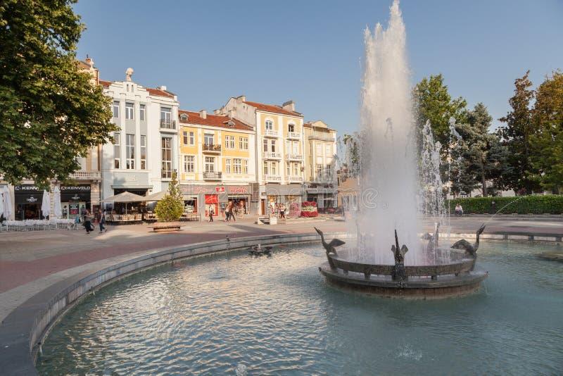 PLOVDIV, BULGARIA - 2 DE JULIO DE 2017: Vista de la fuente en la calle del quintal y del cuadrado central en Plovdiv, Bulgaria Pl fotos de archivo