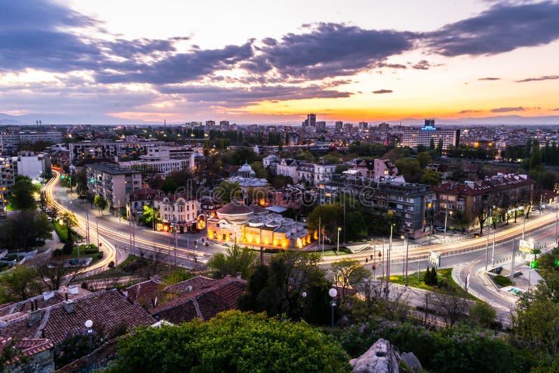 Plovdiv Bulgarien - April 9,2017: Solnedgång över Plovdiv från Nebet Tepe Rahat Tepe arkivfoton