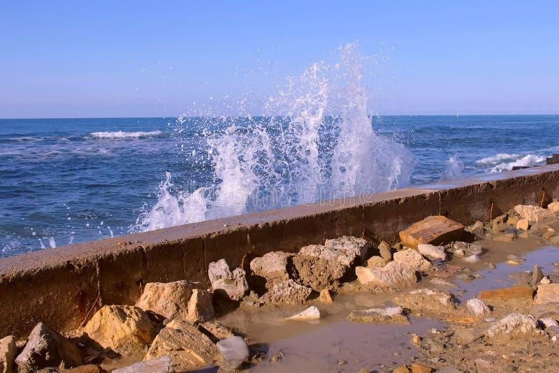 Pluśnięcia woda od burzowych fal łama na falochronie na nabrzeżu, burzy morze z falami rozbija przeciw fotografia stock
