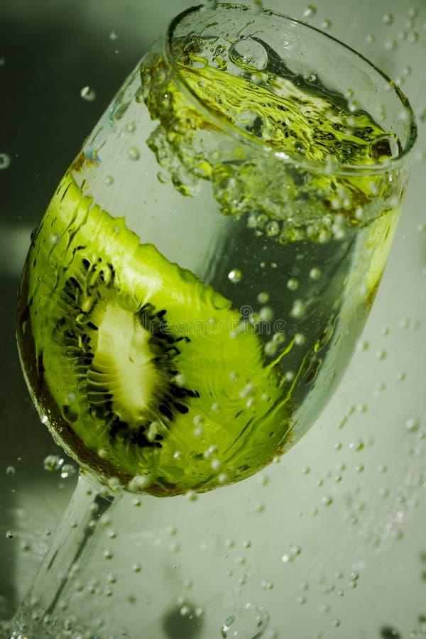 Pluśnięcia i kawałek owoc w szkle woda zdjęcie stock