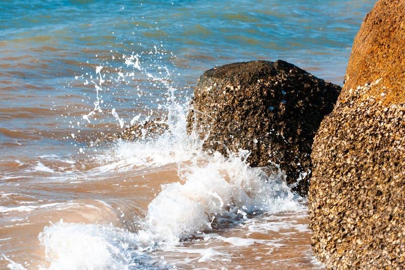 Pluśnięcia od dennych fala wpadać na siebie przeciw skalistemu brzeg na Langkawi zdjęcie royalty free