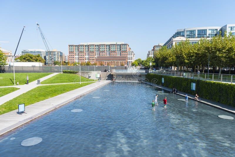 Pluśnięcie basen przy jarda parkiem obrazy royalty free