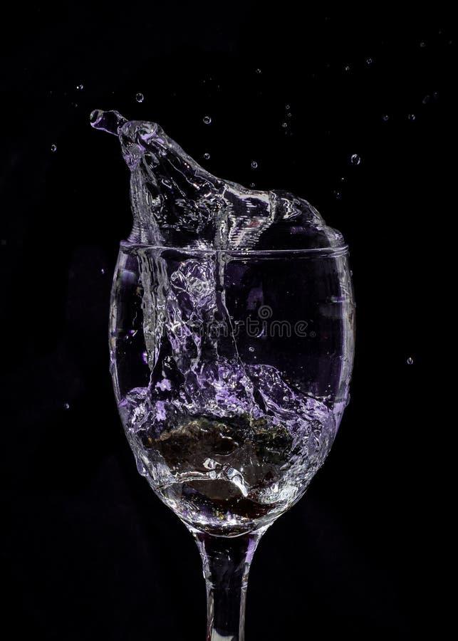 Pluśnięcie woda w purpurach zdjęcie stock