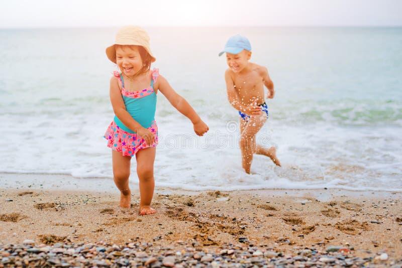 Plu?ni?cia w morzu i dzieci bawi? si? obrazy royalty free
