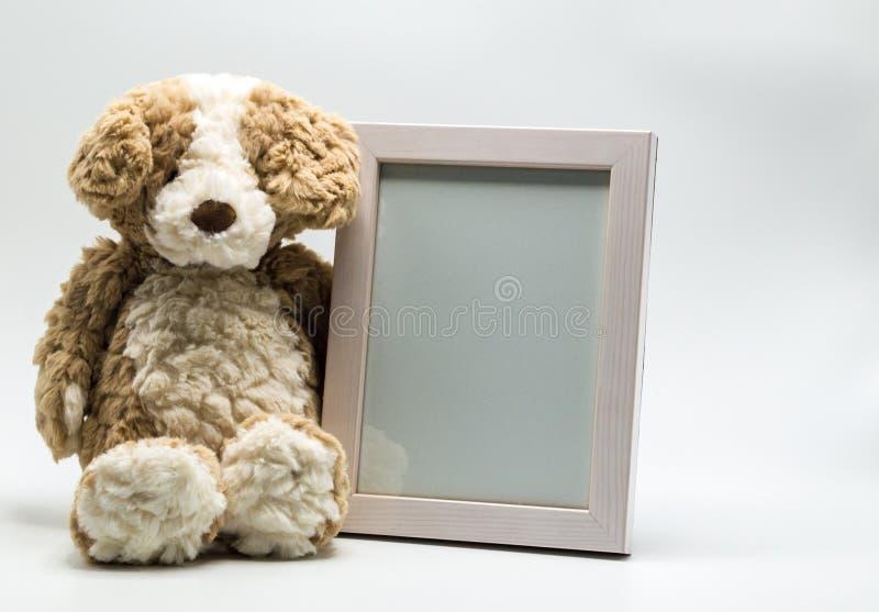 Plucheteddybeer en lege omlijsting stock afbeeldingen