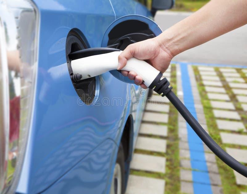 plugga in för uppladdning av en elbil arkivfoton