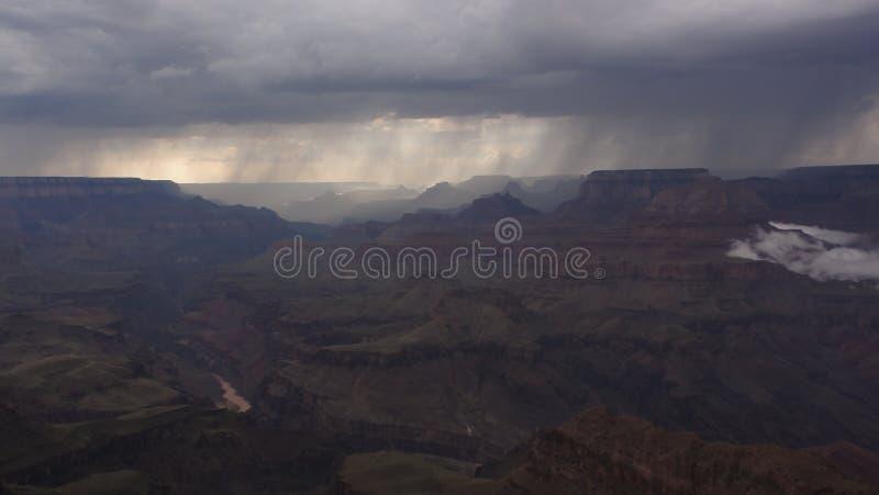 Pluie à travers Grand Canyon images libres de droits