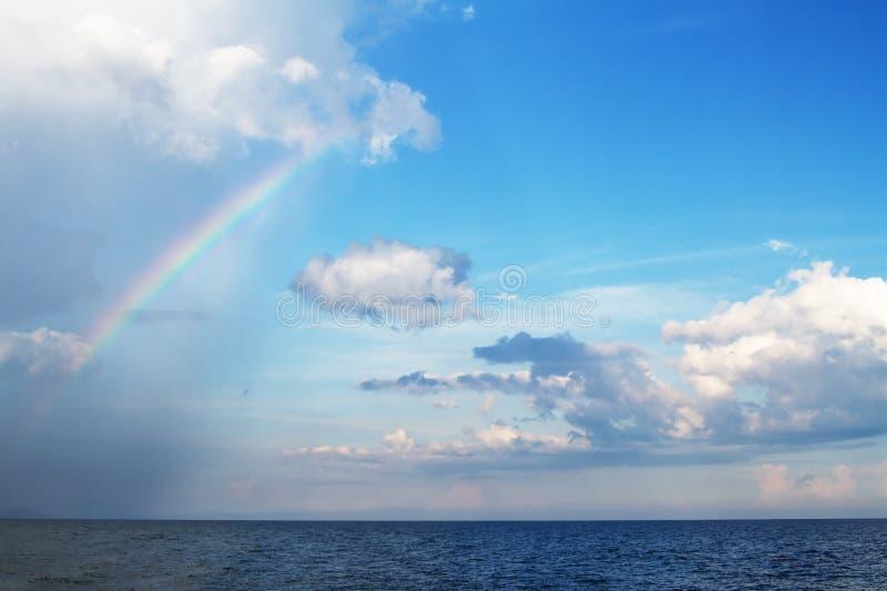 Pluie au-dessus de la mer image stock