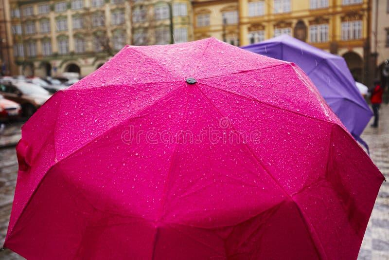 Pluie dans la ville photo stock