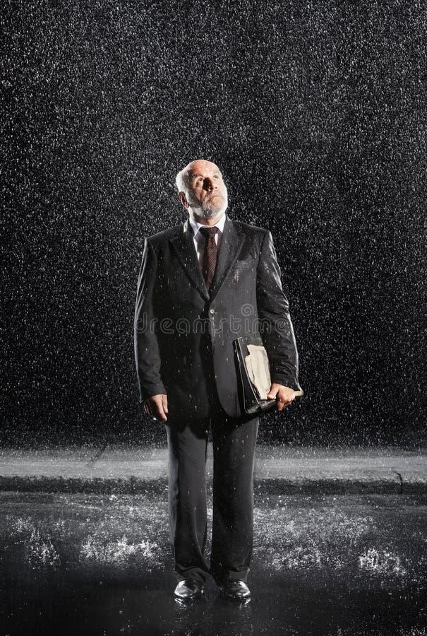 Pluie de With Binder In d'homme d'affaires âgée par milieu photo libre de droits