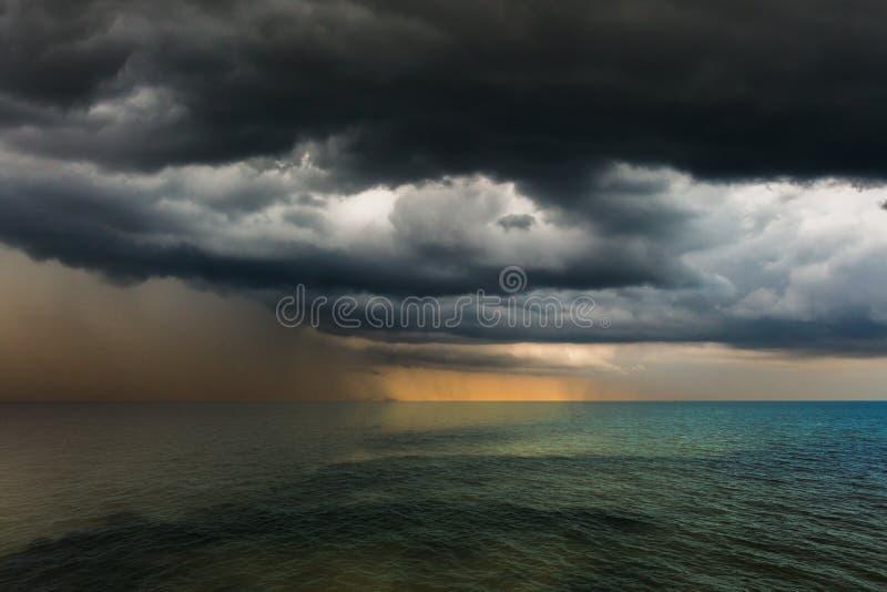 pluie de ciel d'orage au-dessus de la mer photo libre de droits