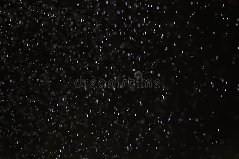 Pluie de neige sur un fond noir illustration libre de droits