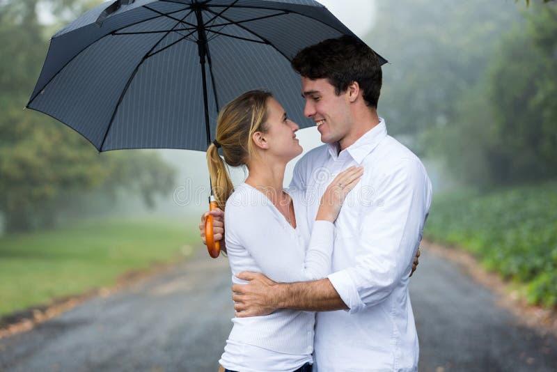 Pluie de parapluie de couples images libres de droits