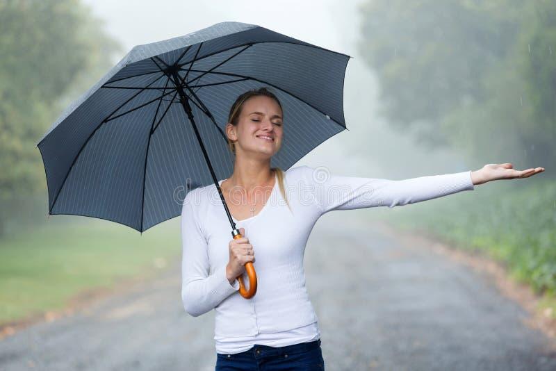 Pluie de parapluie de femme photographie stock libre de droits