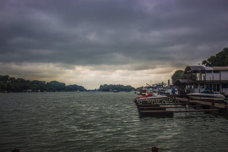 Pluie de Sava Belgrade de bateau photographie stock