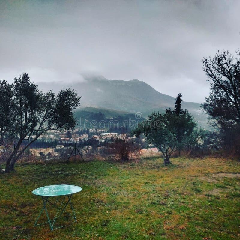 Pluie et brouillard au-dessus des montagnes françaises du sud photos stock