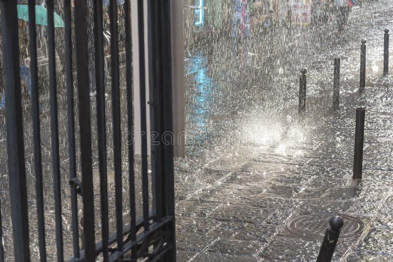 Pluie, flou et grandes baisses d'écoulement d'eau fort image libre de droits