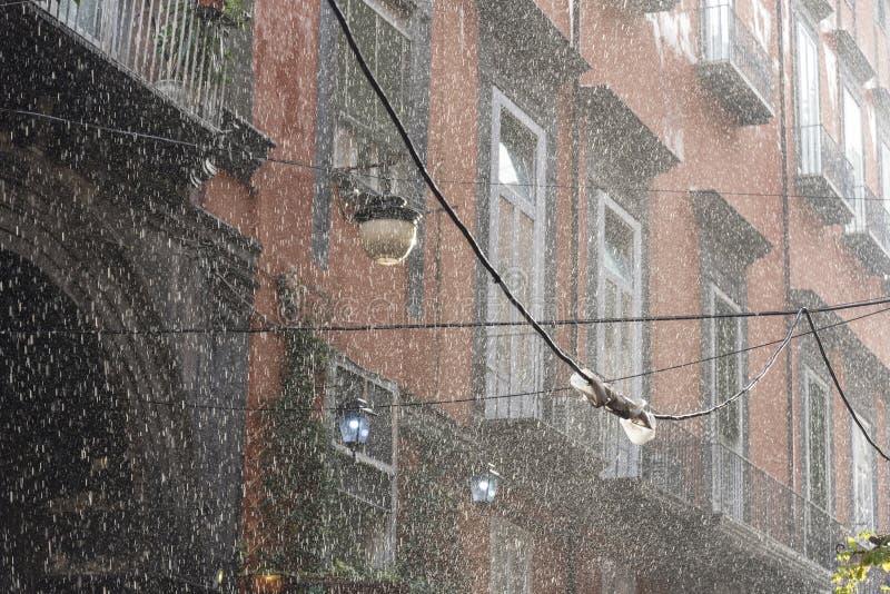 Pluie, flou et grandes baisses d'écoulement d'eau fort images stock