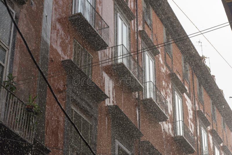 Pluie, flou et grandes baisses d'écoulement d'eau fort photos libres de droits