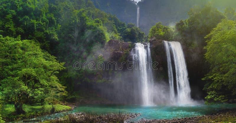 Pluie jumelle Forest In Valley Like de cascade un jardin de Paradise avec l'étang vert de turquoise photo stock