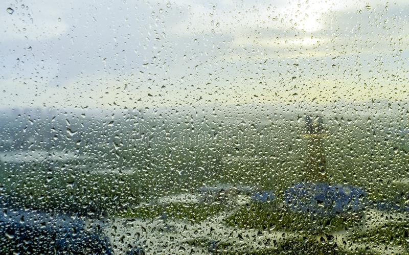 Pluie pluvieuse de fenêtre photographie stock libre de droits
