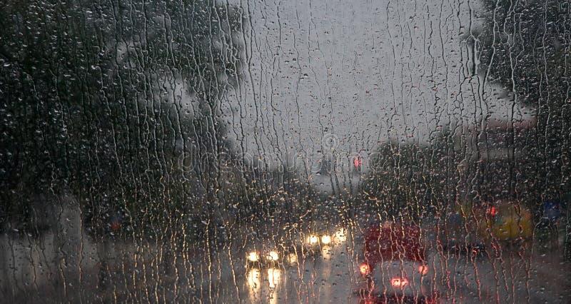 Pluie sur l'hublot avant de bus photos libres de droits