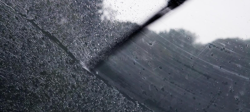 Pluie sur l'hublot de véhicule photos stock
