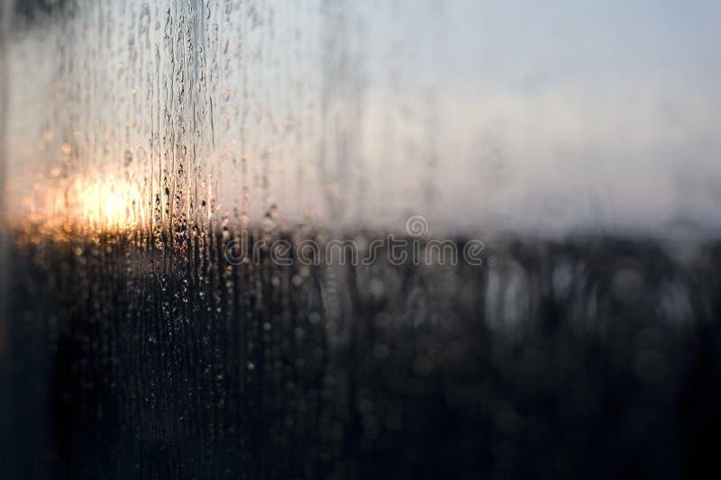 Pluie sur la fenêtre à l'aube images libres de droits