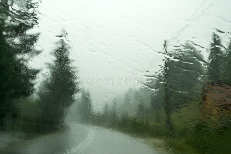 Pluie sur la fenêtre avant de voiture images libres de droits