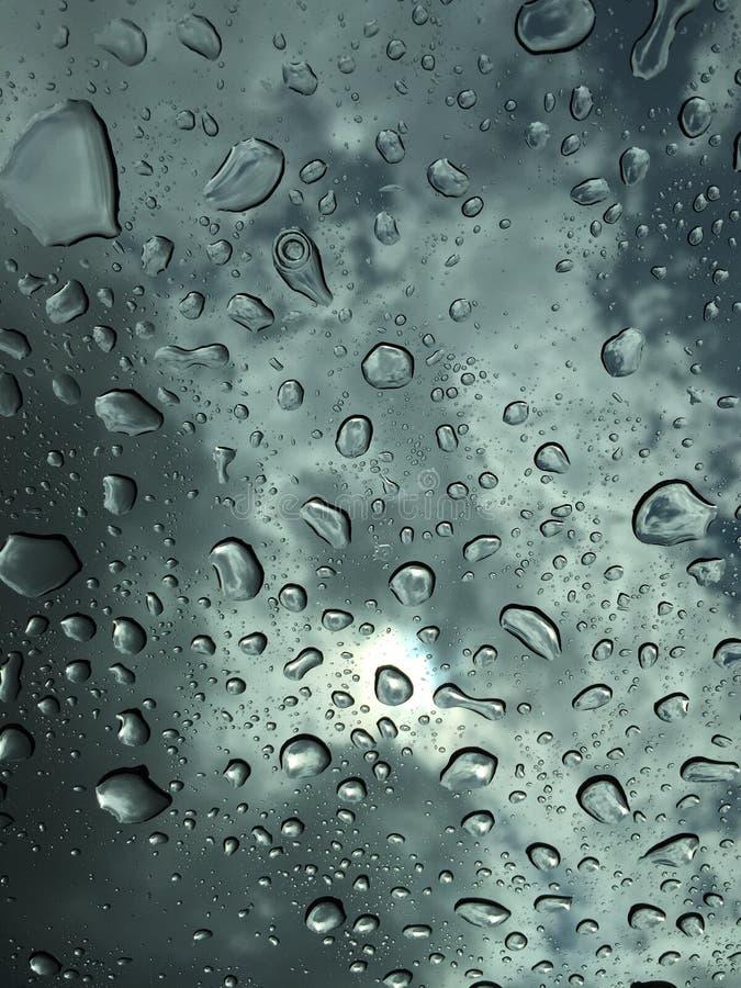 Pluie sur la fenêtre de voiture images stock