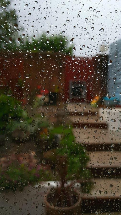 Pluie sur la fen?tre weather photographie stock libre de droits