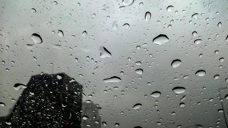 Pluie sur la rue, photo libre de droits