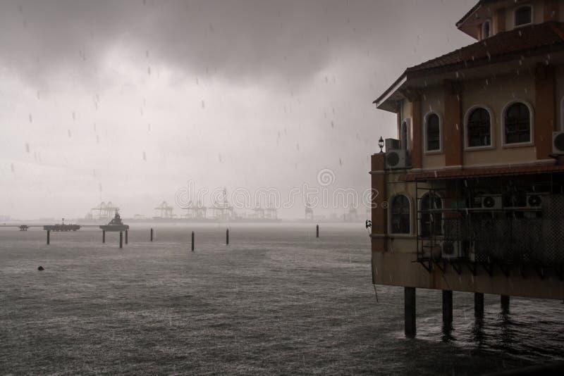 Pluie tropicale dans le port de Georgetown malaysia images libres de droits