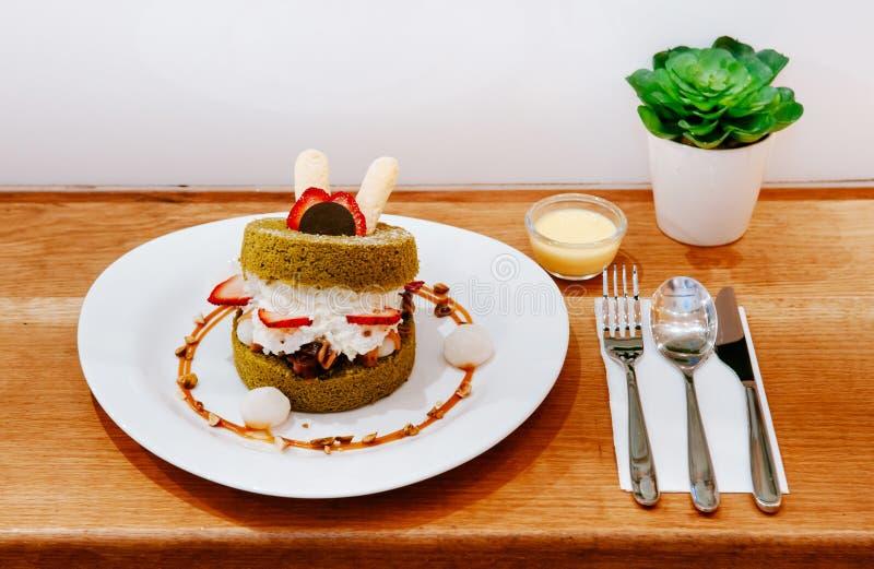 Pluizig cakegebakje met room, aardbei, van Mochi en van de amandel cara stock afbeelding