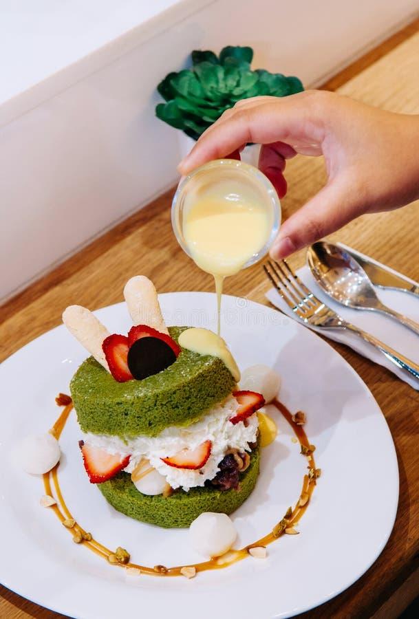 Pluizig Matcha-cakegebakje met room, aardbei, Mochi en almo royalty-vrije stock fotografie